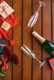 Стекла и бутылка шампанского с настоящими моментами на таблице Стоковое Фото
