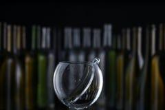 Стекла и бутылки для рябиновки и вина стоковое фото