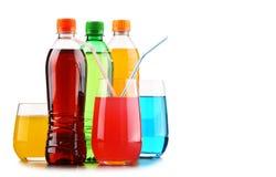 Стекла и бутылки сортированных carbonated лимонадов стоковая фотография