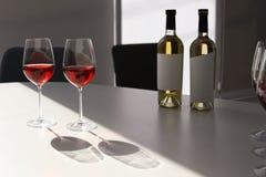Стекла и бутылки с очень вкусным вином на таблице Стоковая Фотография RF