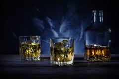 2 стекла и графинчика с вискиом Стоковое Изображение