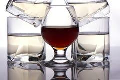 Стекла и коньяк вискиа Стоковая Фотография