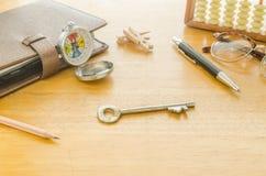 Стекла и коричневый кожаный организатор с ключом Стоковые Фотографии RF