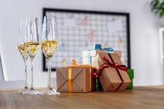 Стекла и подарочные коробки Шампани стоковые фотографии rf