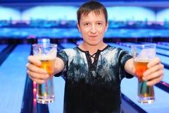 стекла клуба боулинга пива держат человека 2 Стоковая Фотография RF