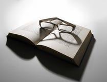 стекла книги раскрывают чтение стоковое фото