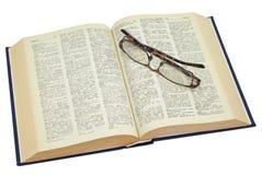 стекла книги старые раскрывают пожелтето стоковое фото rf