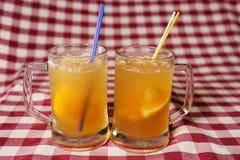 2 стекла коктеилей пива на ткани шотландки стоковое фото
