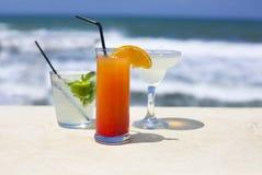 Стекла коктеиля на предпосылке моря Стоковые Фотографии RF