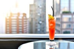 Стекла коктеиля на таблице в баре крыши против вида на город, романтичной годовщины датировка, красивого бара крыши Стоковая Фотография
