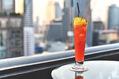 Стекла коктеиля на таблице в баре крыши против вида на город, романтичной годовщины датировка Стоковая Фотография
