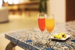 2 стекла коктеиля на таблице Стоковые Изображения RF