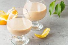 2 стекла коктеиля с питьем milkshake smoothies здоровым Стоковое Изображение RF