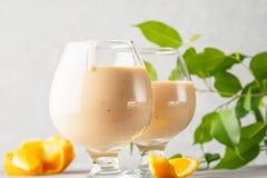 2 стекла коктеиля с питьем milkshake smoothies здоровым Стоковое фото RF