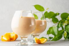 2 стекла коктеиля с питьем milkshake smoothies здоровым Стоковая Фотография RF