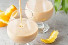 2 стекла коктеиля с питьем milkshake smoothies здоровым Стоковое Фото