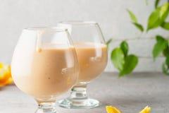 2 стекла коктеиля с питьем milkshake smoothies здоровым Стоковая Фотография