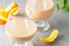 2 стекла коктеиля с питьем milkshake smoothies здоровым Стоковые Фото