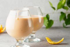 2 стекла коктеиля с питьем milkshake smoothies здоровым Стоковые Фотографии RF