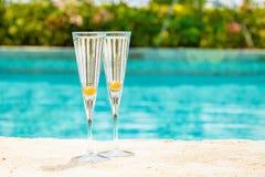 2 стекла коктеиля prosecco с оранжевой ягодой на крае o Стоковое Изображение