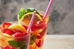 2 стекла конца лимонада вверх Освежающий напиток лета с мятой, ягодами и лимоном Коктейль с соломой стоковые изображения