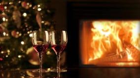2 стекла красного вина камином Романтичный вечер рождества около камина сток-видео