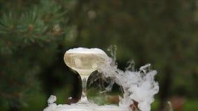 Стекла курить шампанского стекла обрамленные шампанским горизонтально сняли Дым вздымаясь над каннелюрой Шампани Ресторанное обсл Стоковое фото RF