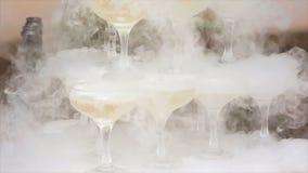 Стекла курить шампанского стекла обрамленные шампанским горизонтально сняли Дым вздымаясь над каннелюрой Шампани Ресторанное обсл Стоковое Изображение