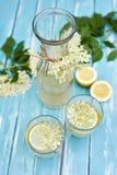 2 стекла лимонада и carafe elderflower стоковые изображения rf