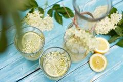 2 стекла лимонада и carafe elderflower стоковое фото rf