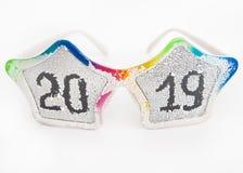 Стекла масленицы покрытые снег с надписью 2019 стоковая фотография rf