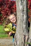Стекла милой девушки нося на предпосылке i природы Стоковое фото RF