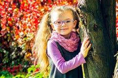 Стекла милой девушки нося на предпосылке i природы Стоковое Фото