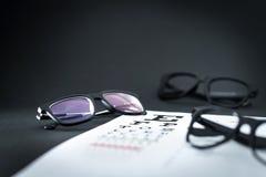 Стекла на диаграмме теста видимости глаза с различными вариантами зрелища стоковая фотография