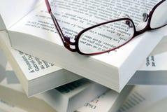 Стекла на куче книг стоковая фотография rf