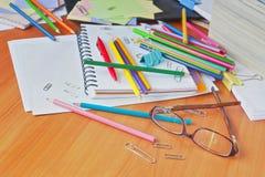Стекла на предпосылке покрашенных карандашей и бумаги Стоковое Изображение RF