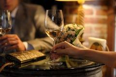 стекла невесты холят руки держа вино s Стоковые Изображения
