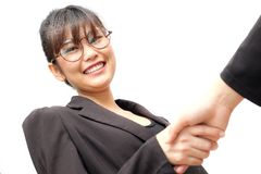 Стекла носки бизнес-леди делают руку тряся к телезрителю Стоковая Фотография