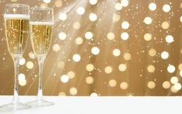 2 стекла пенясь шампанского на предпосылке праздничных гирлянд, космосе экземпляра для вашего текста на праве Стоковые Фотографии RF