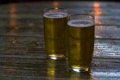 Стекла пива на деревянном столе стоковые фотографии rf