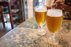 2 стекла пива на таблице в баре стоковое фото rf