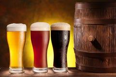 Стекла пива с деревянным бочонком. стоковое изображение