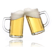 стекла пива делая здравицу пар Стоковое Фото