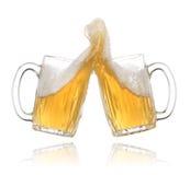 стекла пива делая здравицу пар Стоковая Фотография