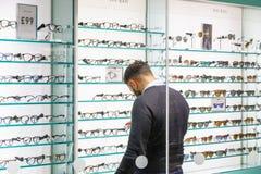 Стекла просматривать человека на opticians в канереечном причале стоковое изображение rf