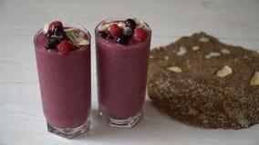 2 стекла розовых smoothies milkshake или smoothie или коктеиля плодоовощ на белой деревянной предпосылке Здоровое сочное видеоматериал