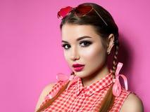 Стекла сердца молодой женщины нося форменные стоковое фото