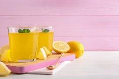 Стекла студня лимона, который служат на светлом деревянном столе против предпосылки цвета стоковое фото