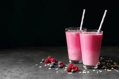 Стекла с встряхиваниями протеина ягоды стоковая фотография rf