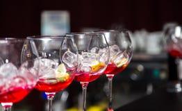 Стекла с завалкой для коктеиля на таблице Стоковая Фотография